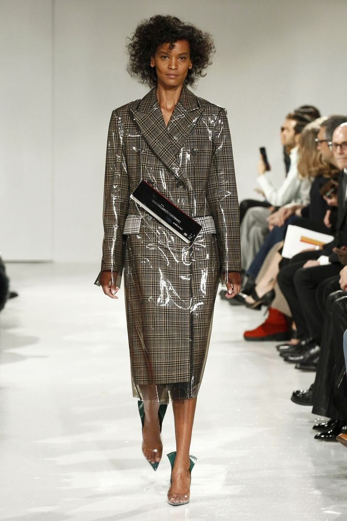 El polémico colectivo de diseñadores de Vetements sorprendió con una  pasarela en la que destacó tanto la diversidad de los modelos -hombres y  mujeres de ... 82d98e7d4ae